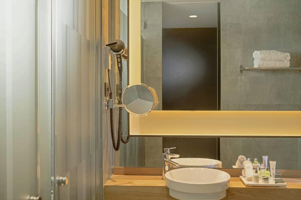 Habitación doble junior de uso individual, Varias camas - Baño