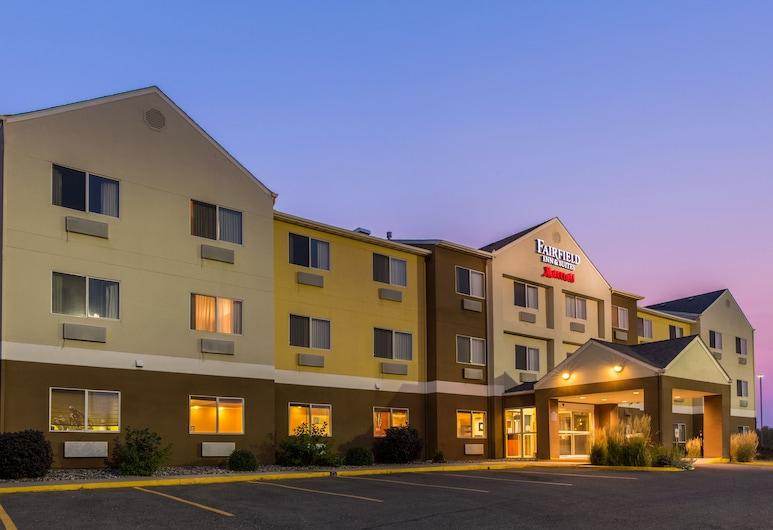 Fairfield Inn & Suites Fargo, Фарго, Фасад готелю (вечір/ніч)