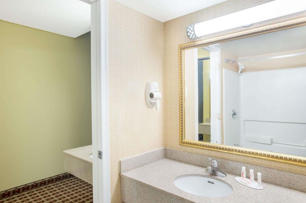 Standard-huone, 2 keskisuurta parisänkyä, Tupakointi sallittu - Kylpyhuone