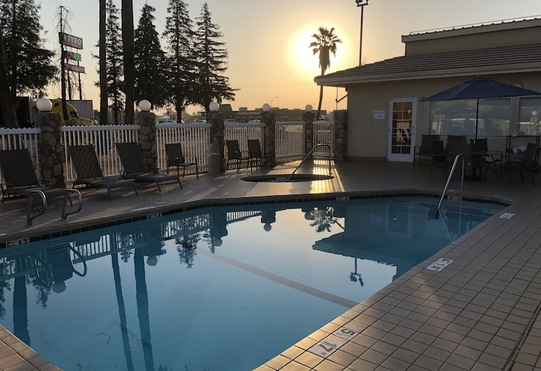Holiday Inn Express Hotel & Suites Corning, an IHG Hotel, קורנינג, בריכה חיצונית