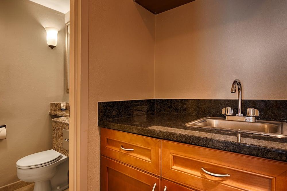 套房, 1 張特大雙人床, 非吸煙房, 冰箱和微波爐 - 浴室