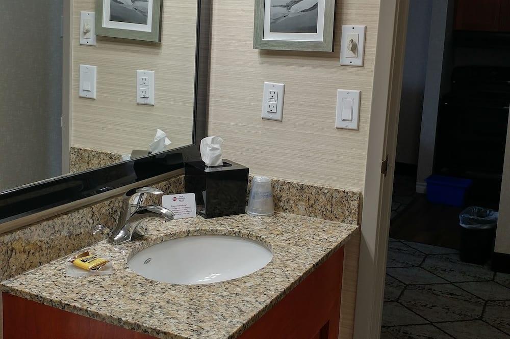 Номер-люкс, 1 ліжко «квін-сайз» та розкладний диван, для некурців, мікрохвильова піч (with Sofabed) - Ванна кімната
