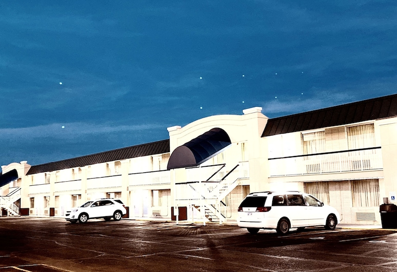 Days Inn by Wyndham Salina South, Salina, Hotel Front