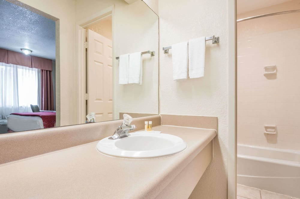 Standard Room, 2 Queen Beds - Bathroom