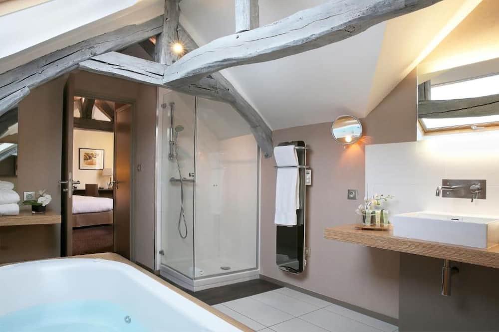 Family Suite, Multiple Beds, Bathtub - Bathroom