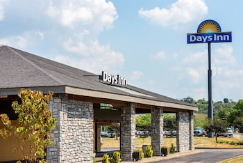 Picture of Days Inn by Wyndham Pittsburgh-Harmarville in Pittsburgh