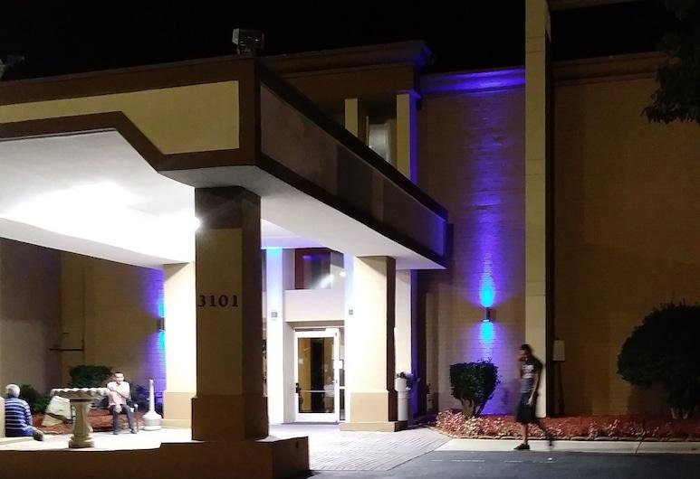 Baymont by Wyndham Charlotte Airport North / I-85 North, Charlotte, Hotel Front – Evening/Night