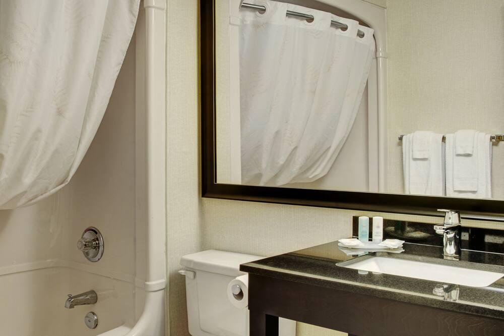 ห้องสแตนดาร์ด, เตียงควีนไซส์ 1 เตียง และโซฟาเบด, ปลอดบุหรี่ (Ground floor) - ห้องน้ำ