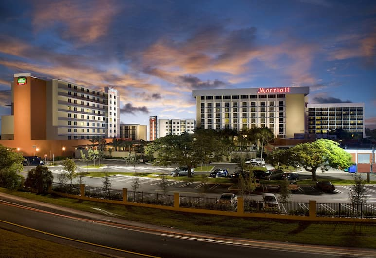 Courtyard by Marriott Miami Airport, Miami, Hotel Front – Evening/Night