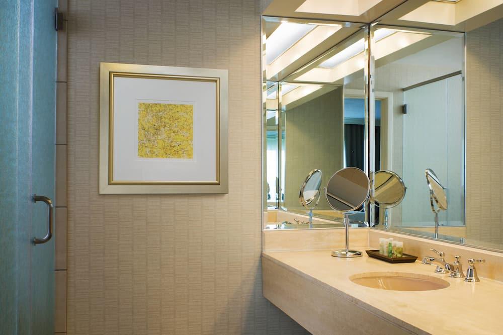 Traditional Room, 1 King Bed, Non Smoking - Bathroom