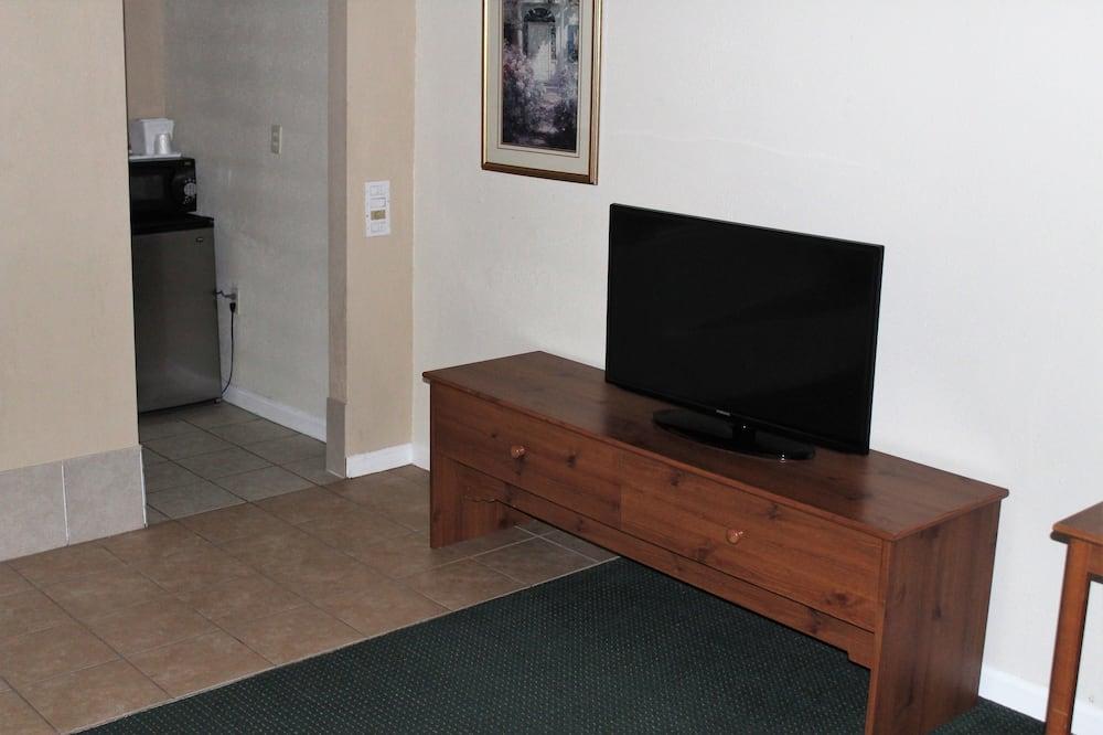 Deluxe Studio Suite, 1 King Bed, Non Smoking - Living Room