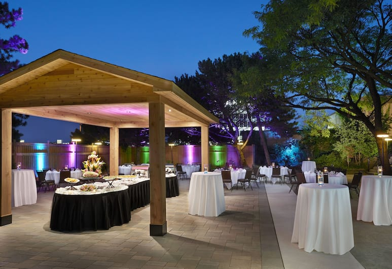 Four Points by Sheraton Toronto Airport, Mississauga, Outdoor Dining