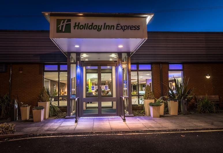 Holiday Inn Express Preston - South, Preston, Fachada del hotel de noche
