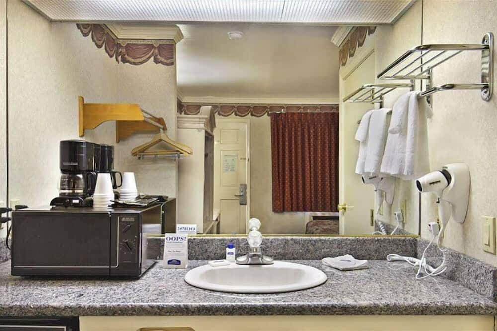 Deluxe Room - Bathroom Sink