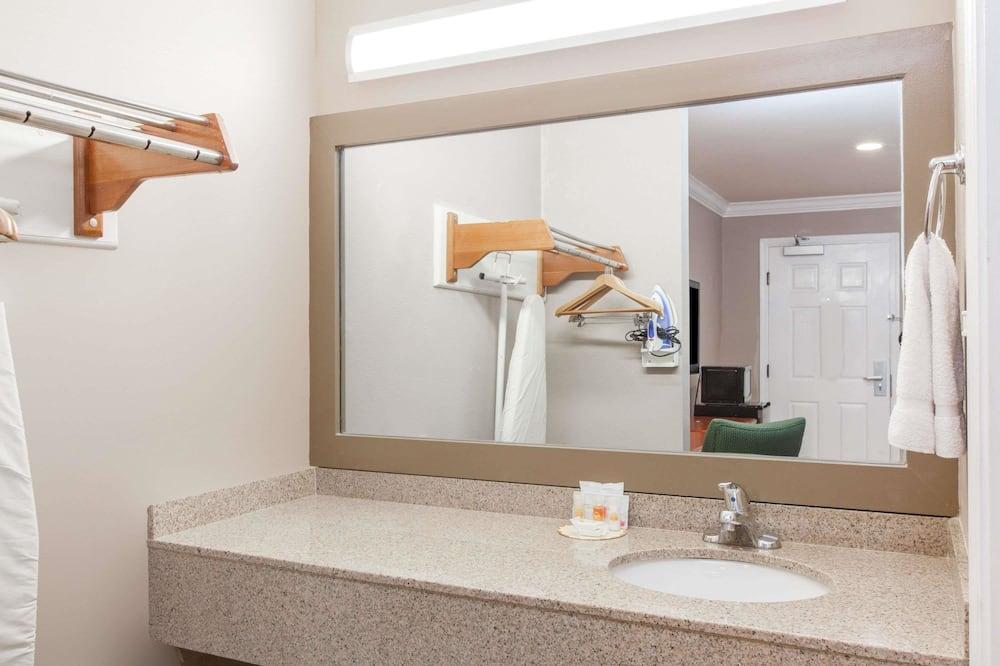 Business Room, 1 Queen Bed - Bathroom