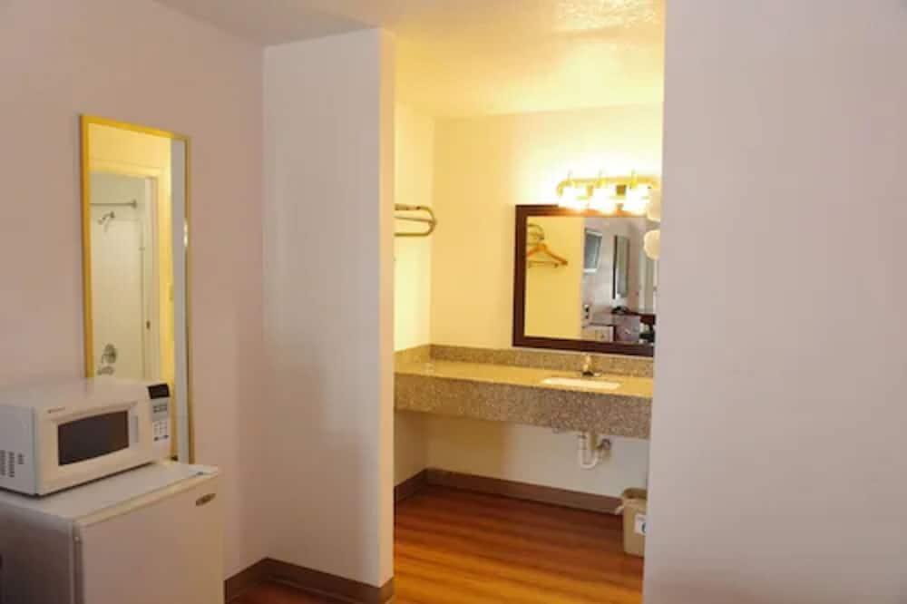 Standardzimmer, 2Queen-Betten, Nichtraucher, Kühlschrank und Mikrowelle - Badezimmer