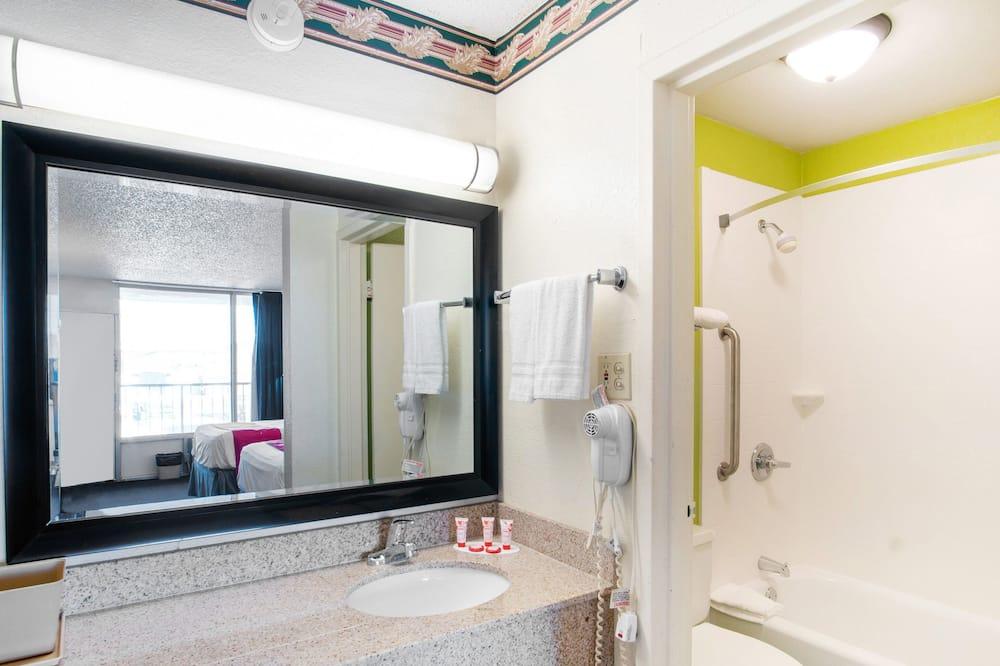 Pokoj, 2 dvojlůžka - Koupelna