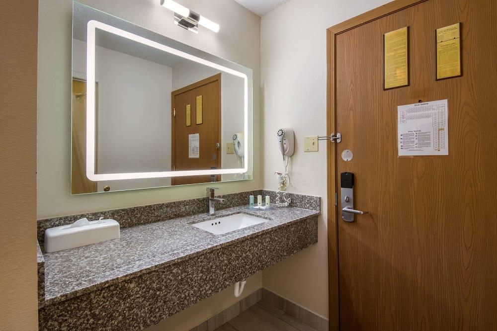 1 Queen Bed, Nonsmoking - Bathroom