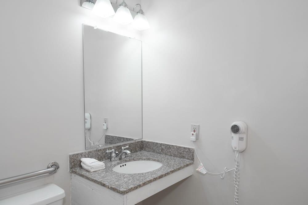 Superior Room, 1 King Bed, Accessible, Non Smoking - Bathroom