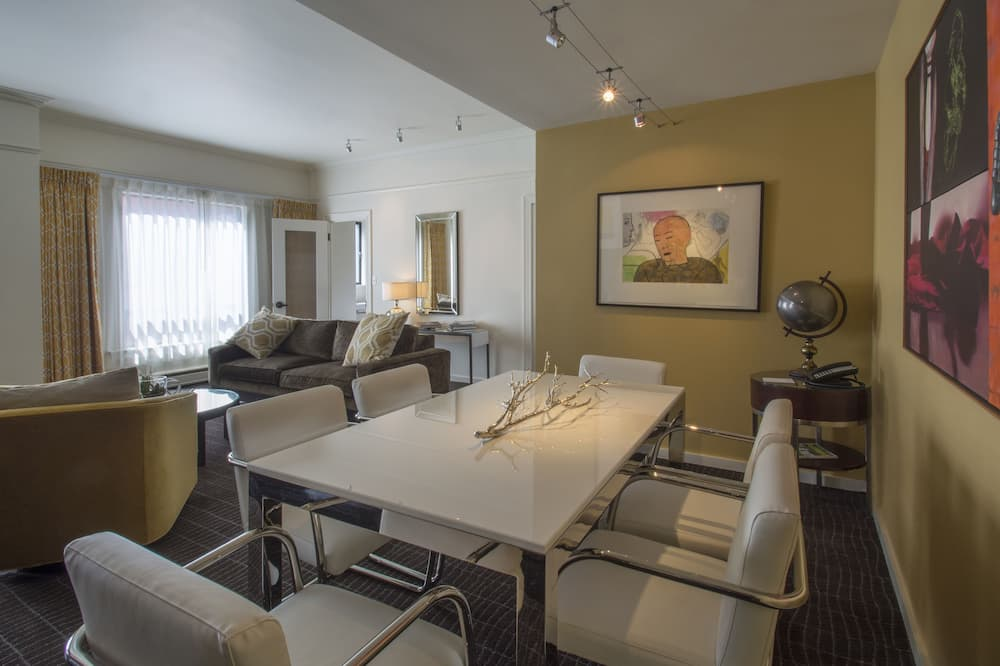 Suite (Gallery) - In-Room Dining