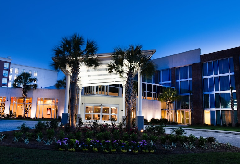 DoubleTree by Hilton Hotel and Suites Charleston Airport, North Charleston, Entrada del hotel (tarde o noche)