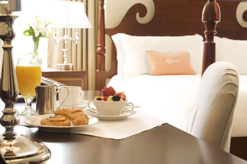 Szoba, 1 king (extra méretű) franciaágy, mozgássérültek számára is hozzáférhető (with Shower) - Étkezés a szobában