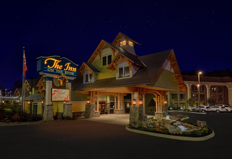 The Inn On The River, Pigeon Forge, Hotel Front – Evening/Night
