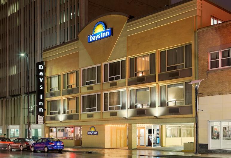 Days Inn by Wyndham Ottawa, Ottawa, Hotel Front – Evening/Night