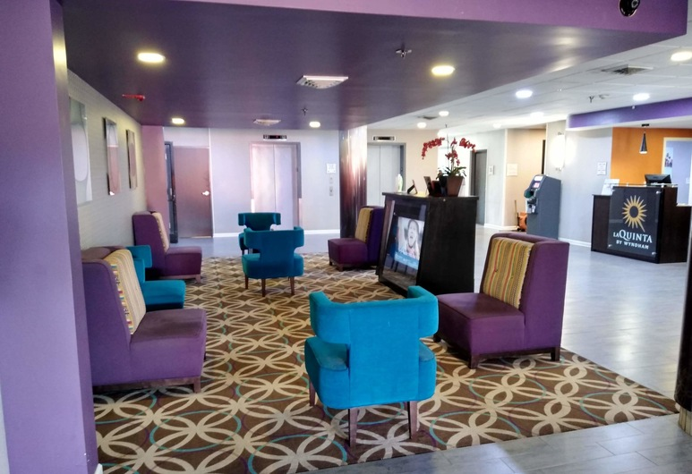 La Quinta Inn & Suites by Wyndham Memphis Airport Graceland, ממפיס, לובי