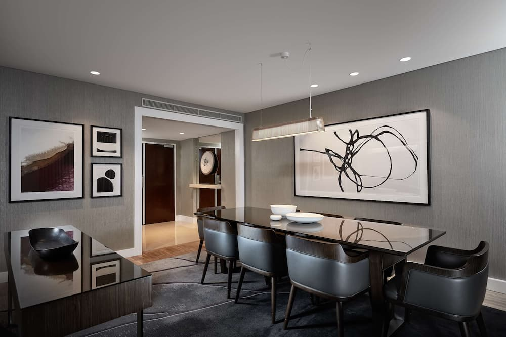 Suite, 1 King Bed (Master Suite, Business Lounge Access) - Living Area