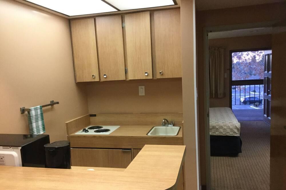 Suite estándar, 1 cama de matrimonio grande, fumadores - Cocina básica en la habitación
