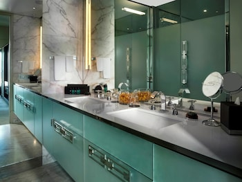Choose This Romantic Hotel in Melbourne -  - Online Room Reservations