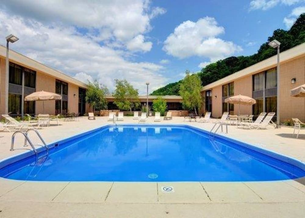 Quality Hotel And Conference Center Bluefield Pool