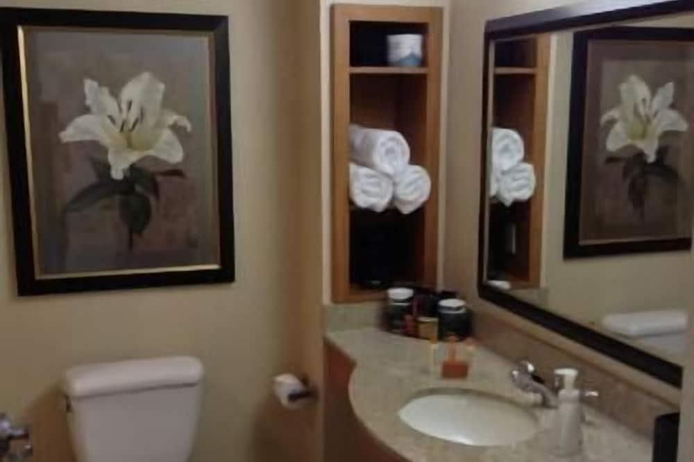 Deluxe Room, 2 Queen Beds, City View - Bathroom
