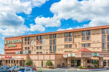 Choose This Business Hotel in Newark -  - Online Room Reservations