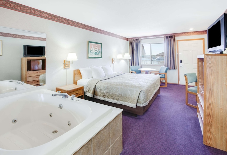 Super 8 by Wyndham Mackinaw City/Beachfront Area, Mackinaw City, Deluxe Room, 1 King Bed, Hot Tub, Courtyard View, Guest Room