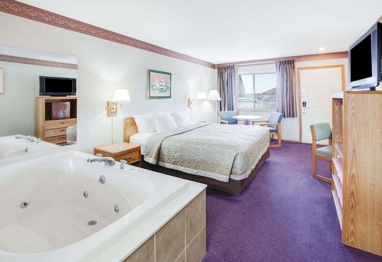 Super 8 by Wyndham Mackinaw City/Beachfront Area, Mackinaw City, Deluxe szoba, 1 king (extra méretű) franciaágy, pezsgőfürdő, kilátással az udvarra, Vendégszoba