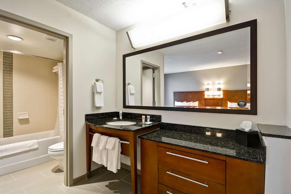 Kambarys, 2 standartinės dvigulės lovos - Vonios kambarys