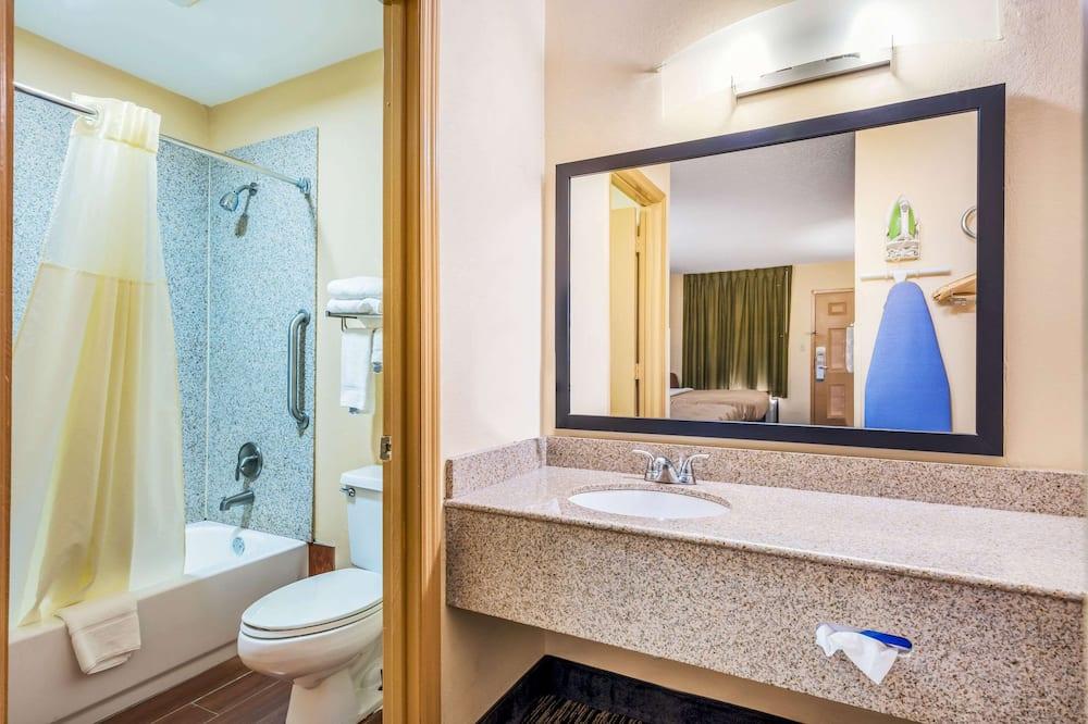 Room, 1 Queen Bed, Non Smoking - Bathroom