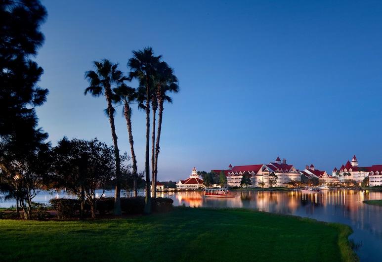 Disney's Grand Floridian Resort & Spa, Lago Buena Vista, Fachada do hotel (à noite)