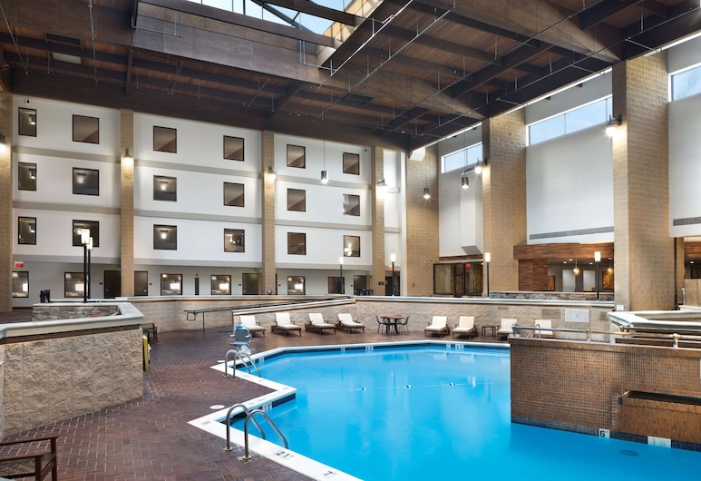 DoubleTree by Hilton Hotel Lawrence, Lawrence, Pool