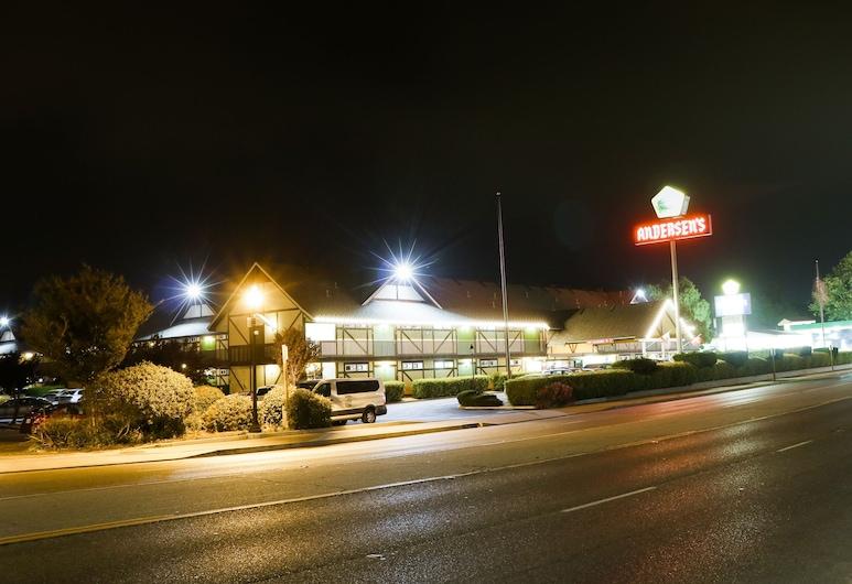 Pea Soup Andersen's Inn, Buellton, Hotel Front – Evening/Night