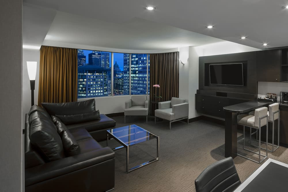 Deluxe Suite (CN Tower View) - Living Area