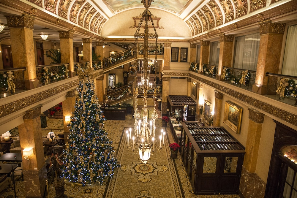 Book the pfister hotel in milwaukee for Five star hotels in milwaukee