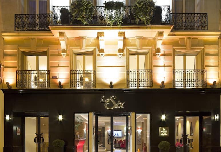 Hotel Le Six, Paříž, Průčelí hotelu ve dne/v noci