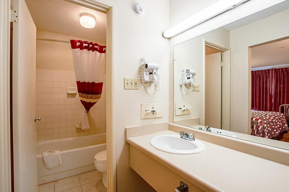 Suite, 2 Queen Beds, Non Smoking - Bathroom