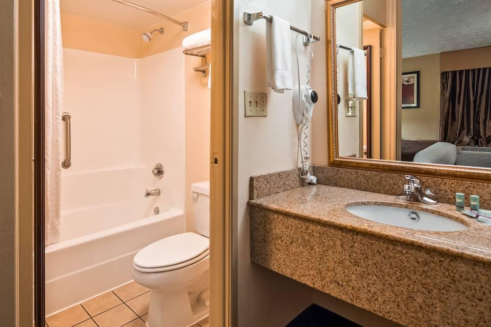 Kamar Standar, 2 Tempat Tidur Queen, lemari es & microwave, lantai dasar - Kamar mandi