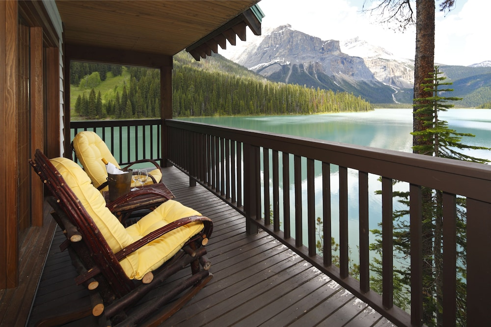 Emerald Lake Lodge Field Exterior
