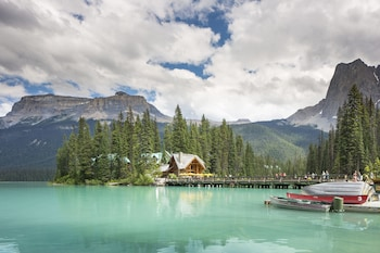 Picture of Emerald Lake Lodge in Field