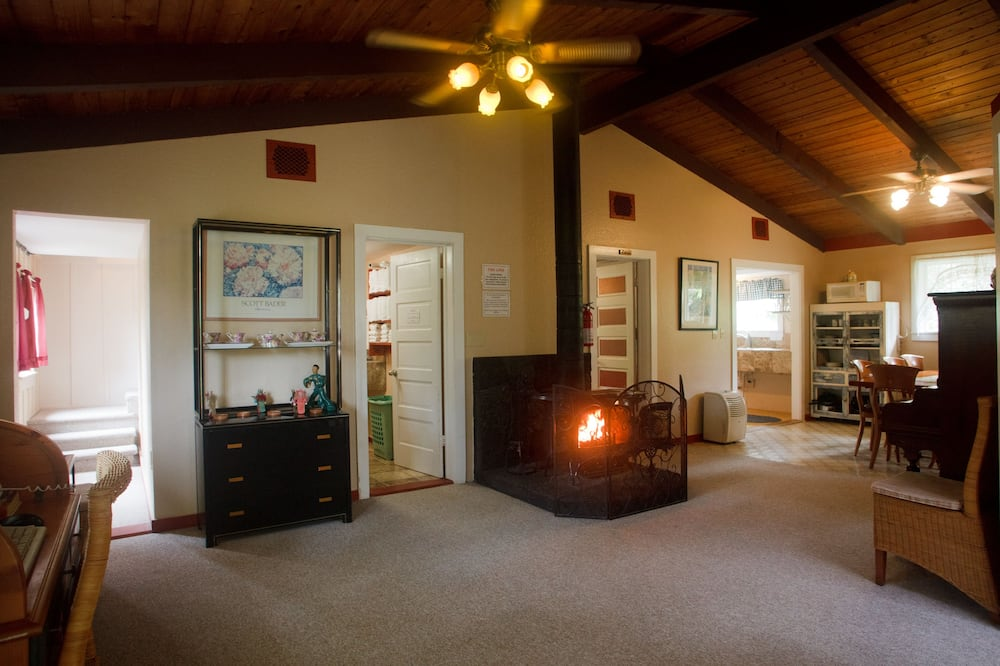 Standard Room, 1 Full Bed, Shared Bathroom (Volcano Hale) - Obývacie priestory